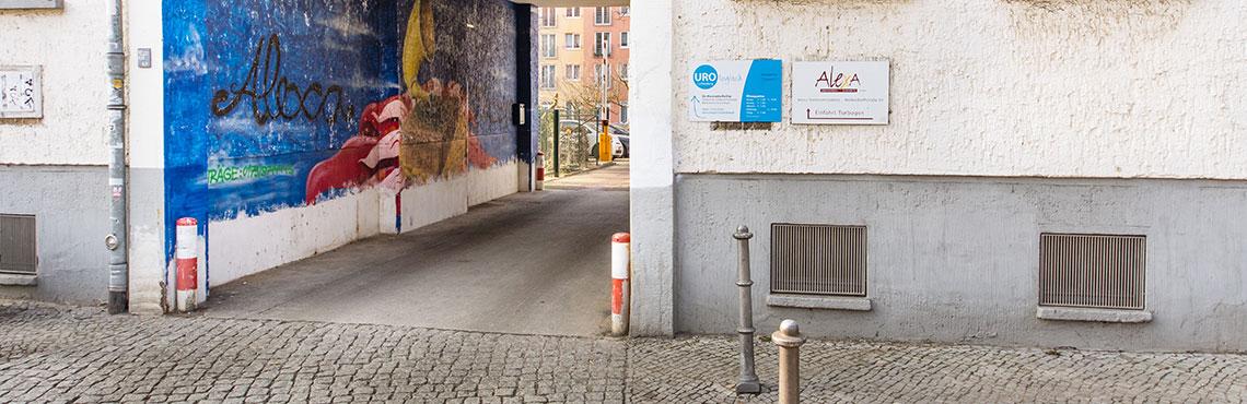 Urologisch-Lichtenberg-Praxis-Aussenansicht-Durchfahrt 2